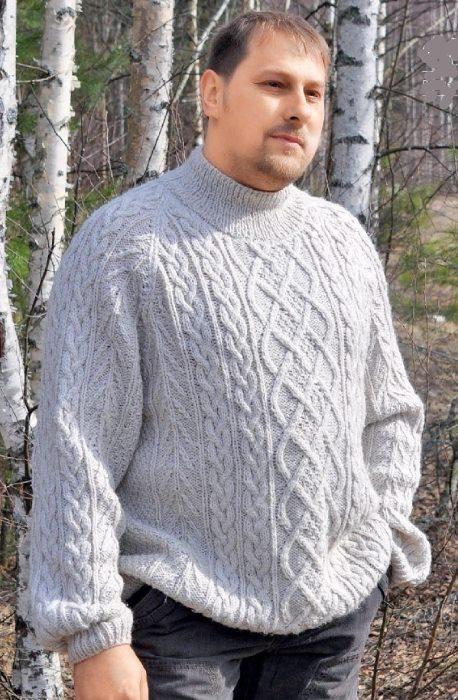 Вязаный белый мужской свитер спицами