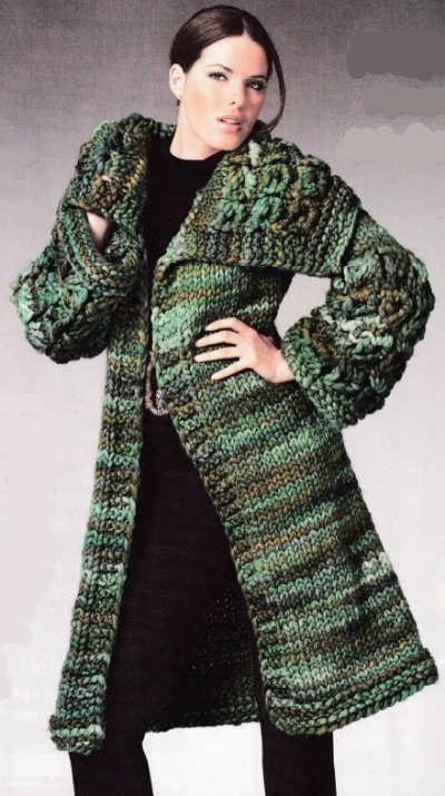 Меланжевое пальто спицами