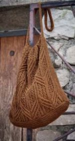 vjazanaja sumka spicami cherez plecho 150x280 - Вязаные сумки спицами схемы и описание