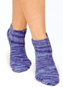Вязаные классические носки спицами