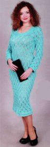 Вязаное голубое платье спицами