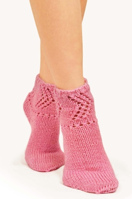 Вязаные детские носки спицами с ажурным узором