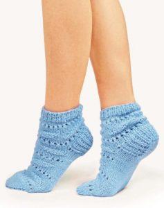 Вязаные носки спицами с рельефным узором