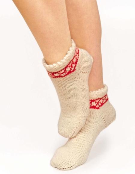 Вязаные носки спицами с жаккардовым узором