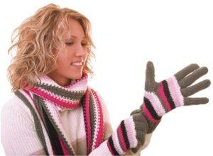 Вязаные полосатые перчатки спицами