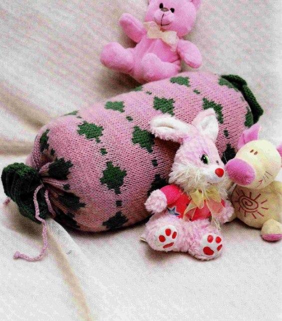 Подушка-конфетка вязаная спицами