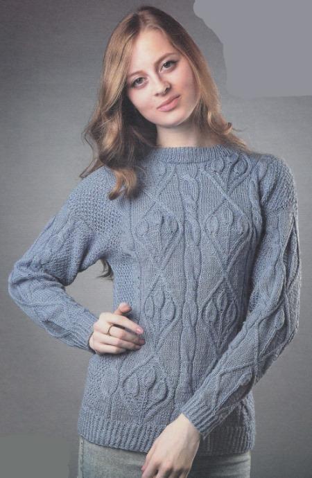 Вязаный голубой пуловер спицами