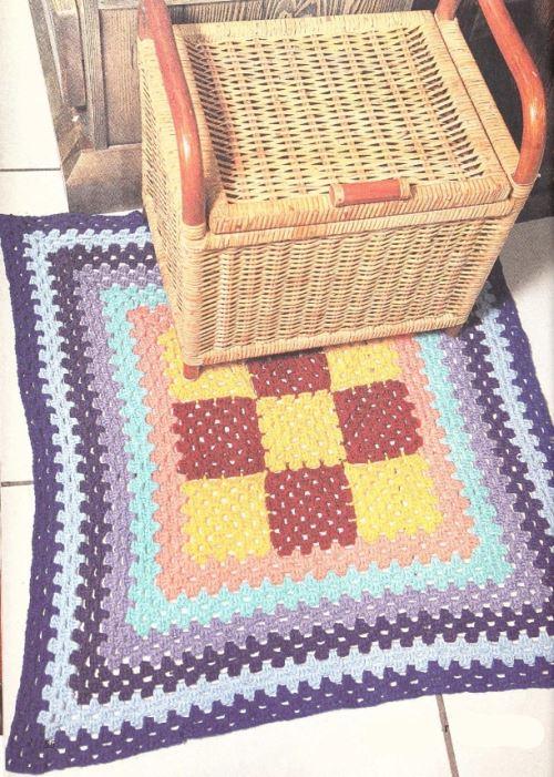 Вязаный коврик крючком из бабушкиных квадратов