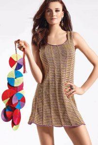 Вязаное короткое платье спицами