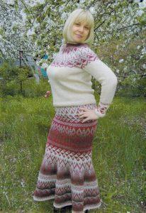 Вязаный костюм с юбкой для женщин спицами