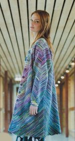 polosatoe palto spicami 150x280 - Вязаное пальто спицами для женщин схемы и описание