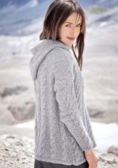 pulover s kosami spicami 1 1 - Вязаный женский пуловер с косами спицами